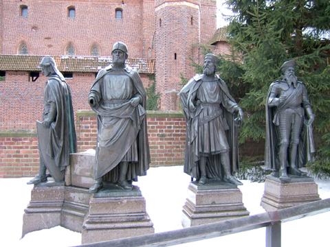 Teutonic_masters_sculpture_malbork